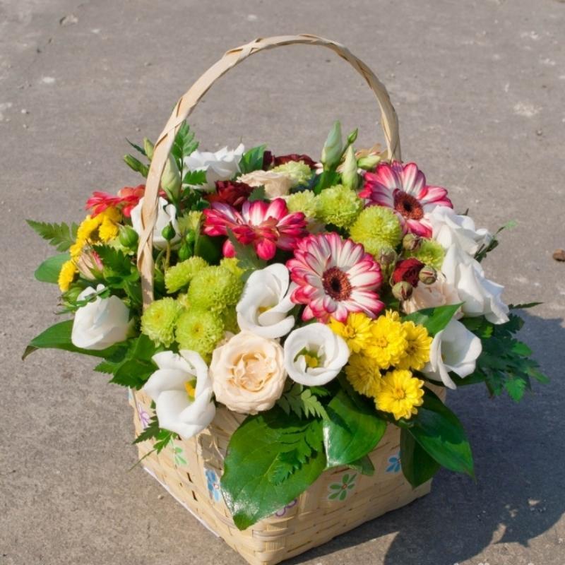 Корзина с живыми цветами: изготовление своими руками