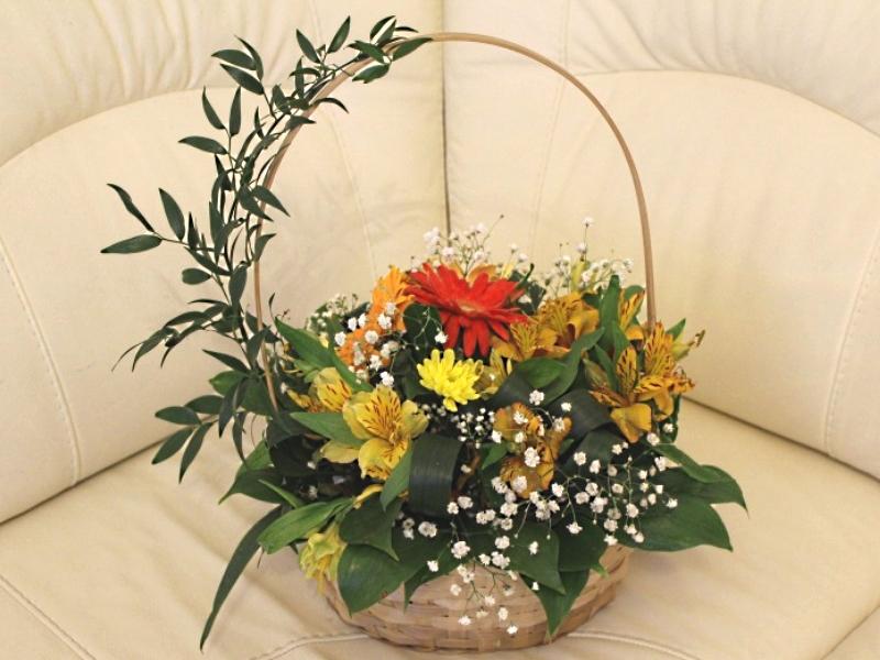 Как сделать букет в корзине из живых цветов